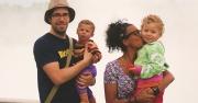 Familj framför Niagarafallen i USA