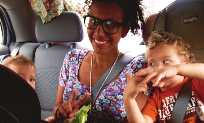 Mamma och barn på resa till Niagara