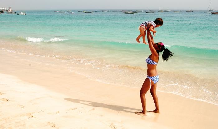 Mamma och bebis på stranden
