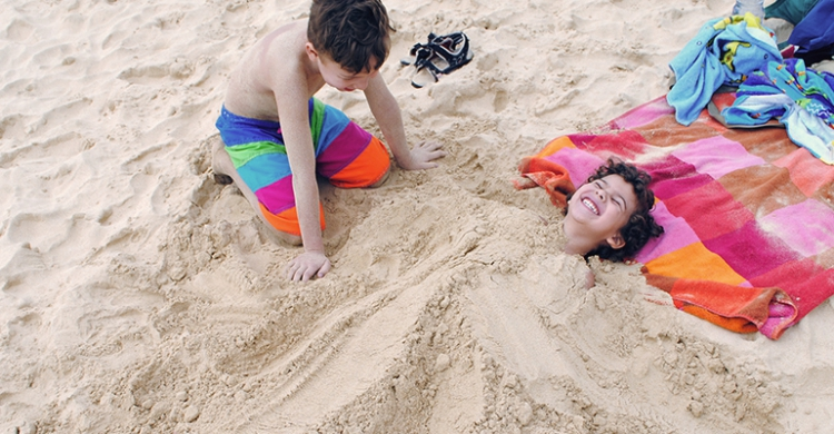 Begraven i sand på Santa Marias strand