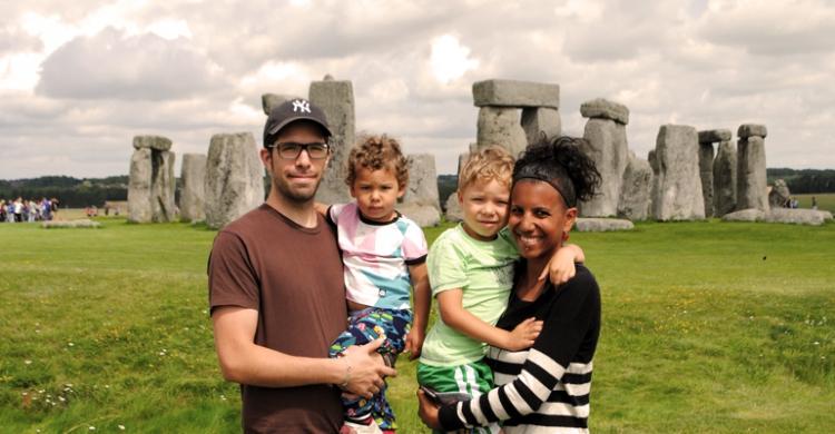 Bild på Familjen vid Stonehenge